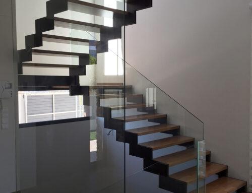 Escales amb baranes de vidre